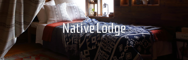 Native Lodge ネイティブロッジ。屋根裏部屋をグランピングのようなこだわりのインテリアに変える、ネイティブアメリカンのモチーフでカジュアルなテイストのおススメカーテンを寝室にも。