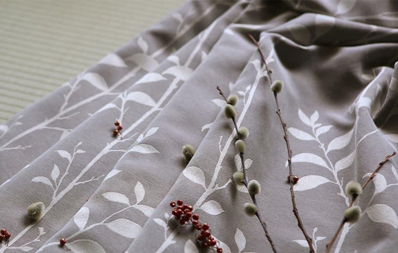 和室と洋室を選ばない、モダンなジャカードカーテン