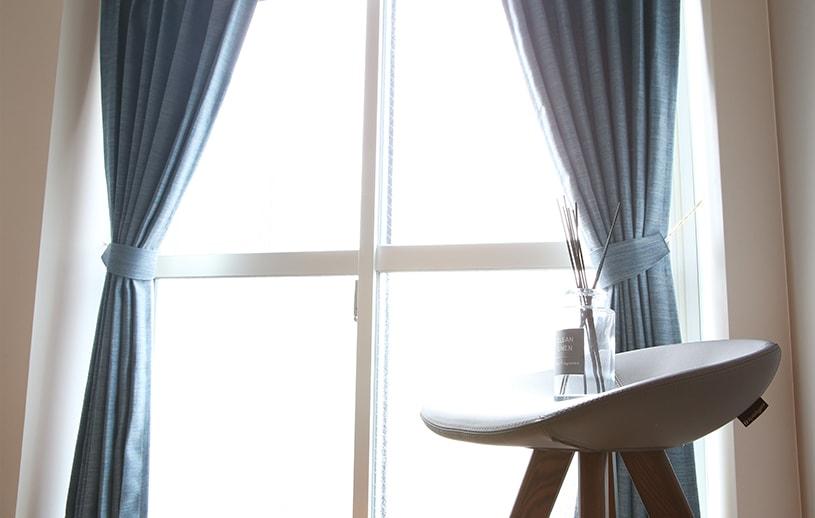 掠れた風合いの生地感はデニムのような雰囲気トレンドカラーカーテン ~ローセル~ ブルー