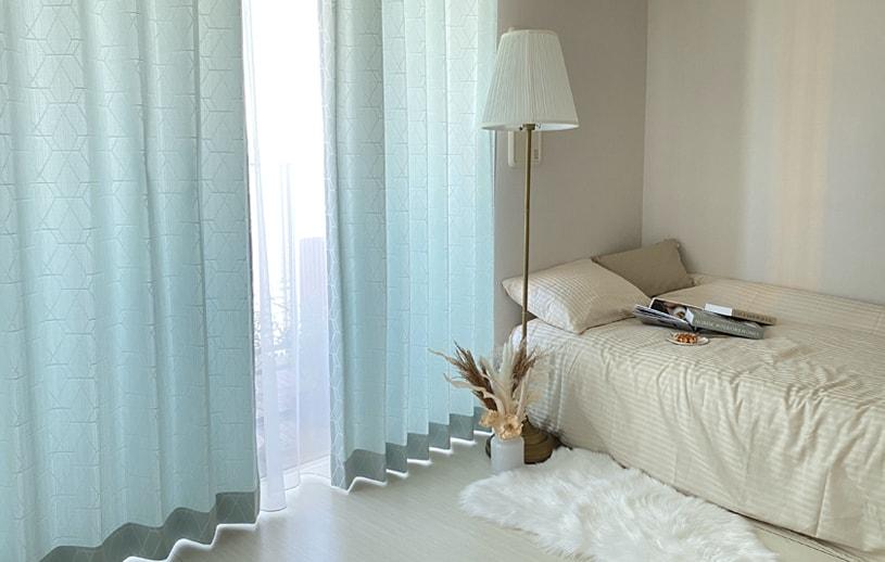 空のような明るいブルーの色をベースに淡いカラーの幾何学模様カーテン ~ハヌル~