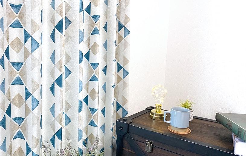 異国的な雰囲気のある幾何学模様トレンドカラーカーテン ~カプリ~ ブルー