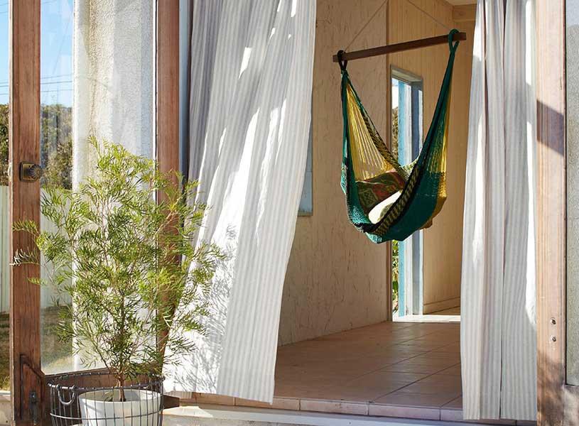 自然に寄り添う、リネンのカーテン